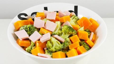 Salade de brocoli à la mayonnaise, mimolette et jambon